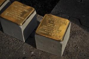 zwei der vier Stolpersteine (Foto: T. Werum)